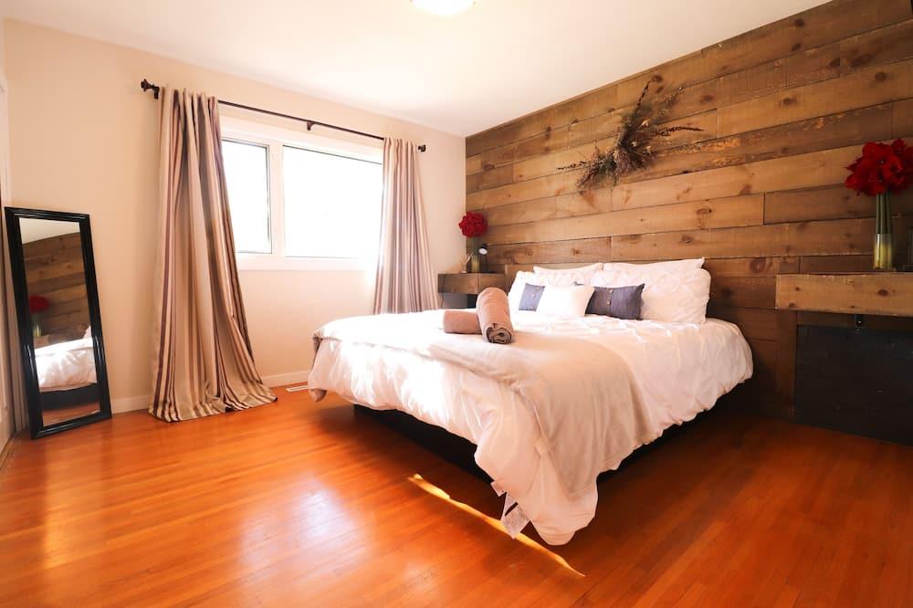 ♛Modern Bungalow near Wascana Lake/Dt! ~ King Bed   WIFI   Smart TV   JaccuziTub, Regina