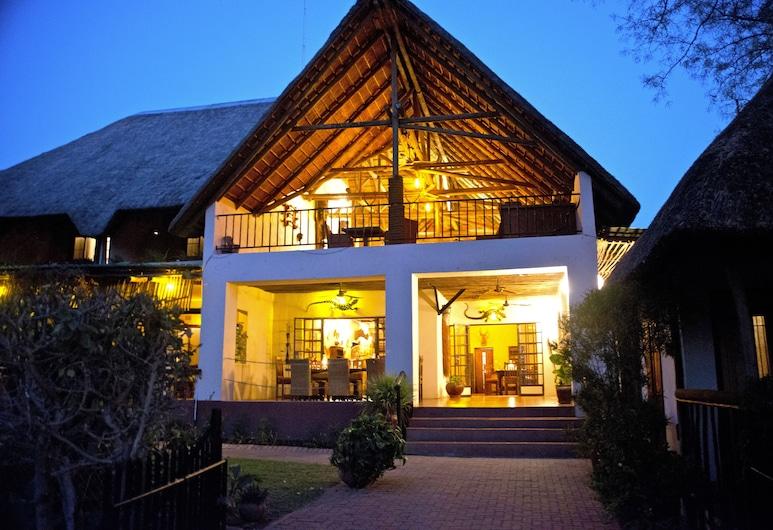 The Garden Lodge, Kasane, Vista frontal de la propiedad por la noche