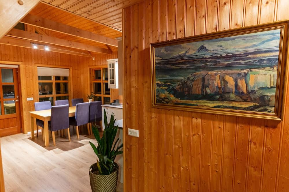 Comfort Cabin, 4 Bedrooms - Living Area