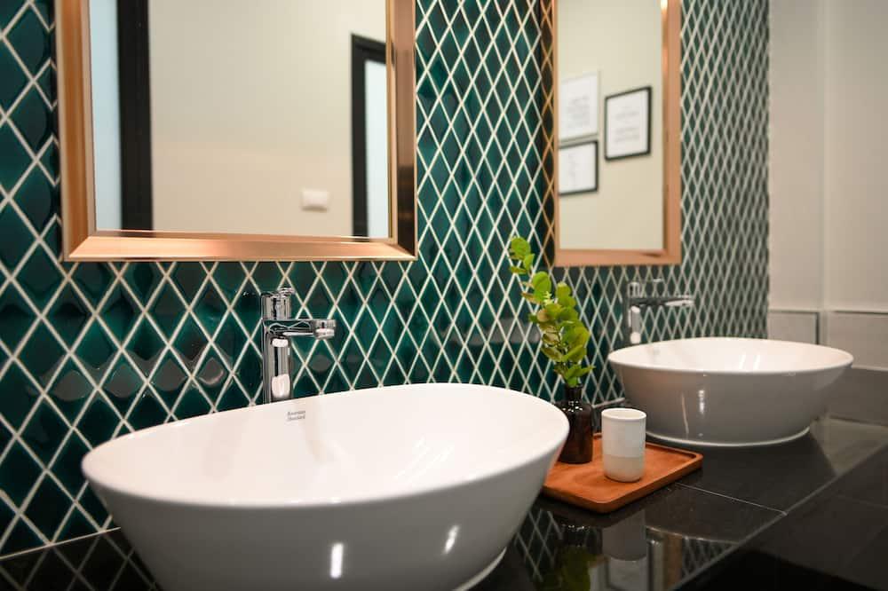 Exclusive Quadruple Room - Bathroom Sink