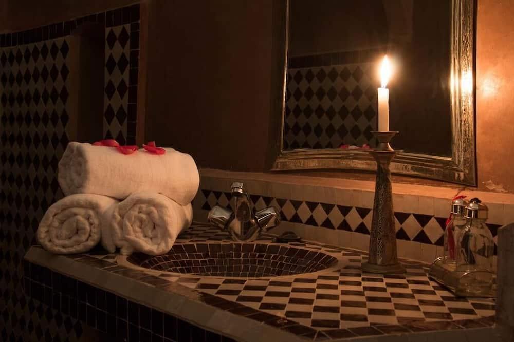 Standard Tek Büyük Yataklı Oda - Banyo Lavabosu