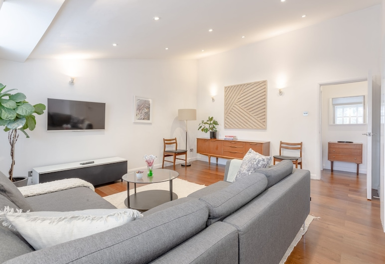 Well-appointed 2 Bedroom East London Flat, London, Stue