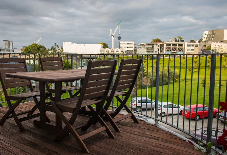 Sunny 3 Bedroom Townhouse Central With Park Views, Oklenda, Balkons
