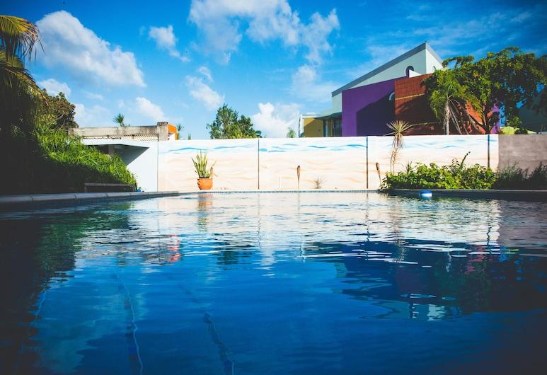 Shalom House, Port of Spain, Hồ bơi