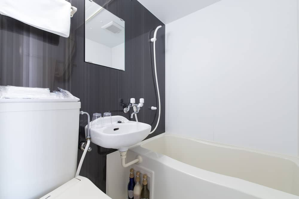 Double Room Non Smoking (daily towel change and garbage pickup, housekeeping every 3 nights) - Bathroom