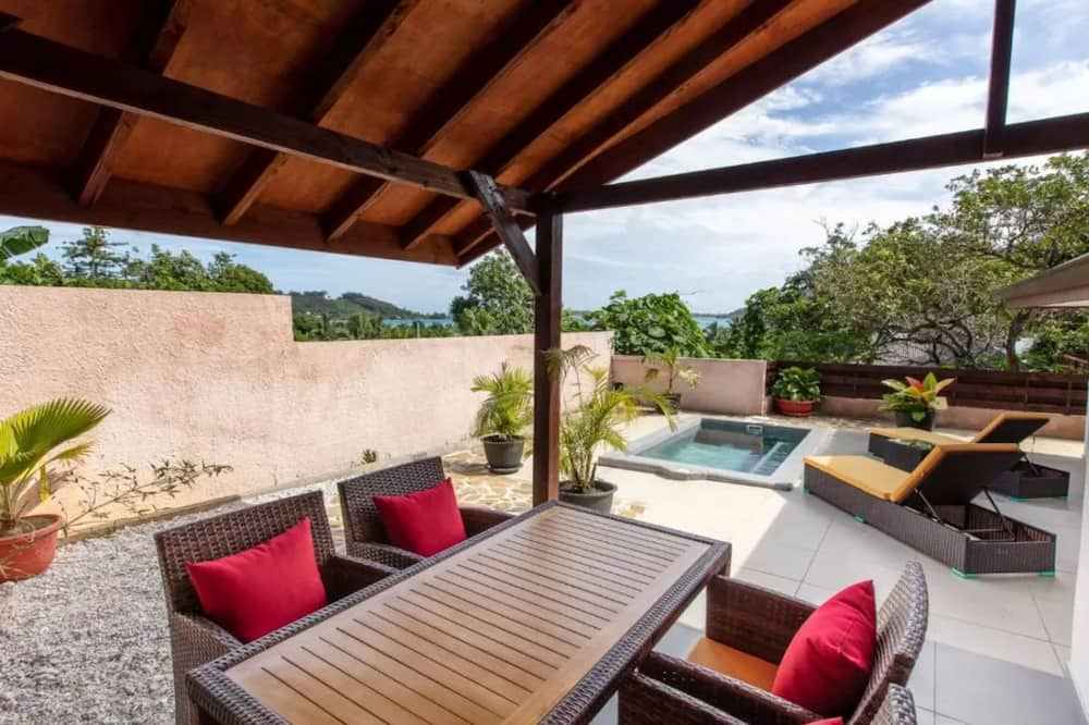 Deluxe Bungalow with Garden View - Living Area