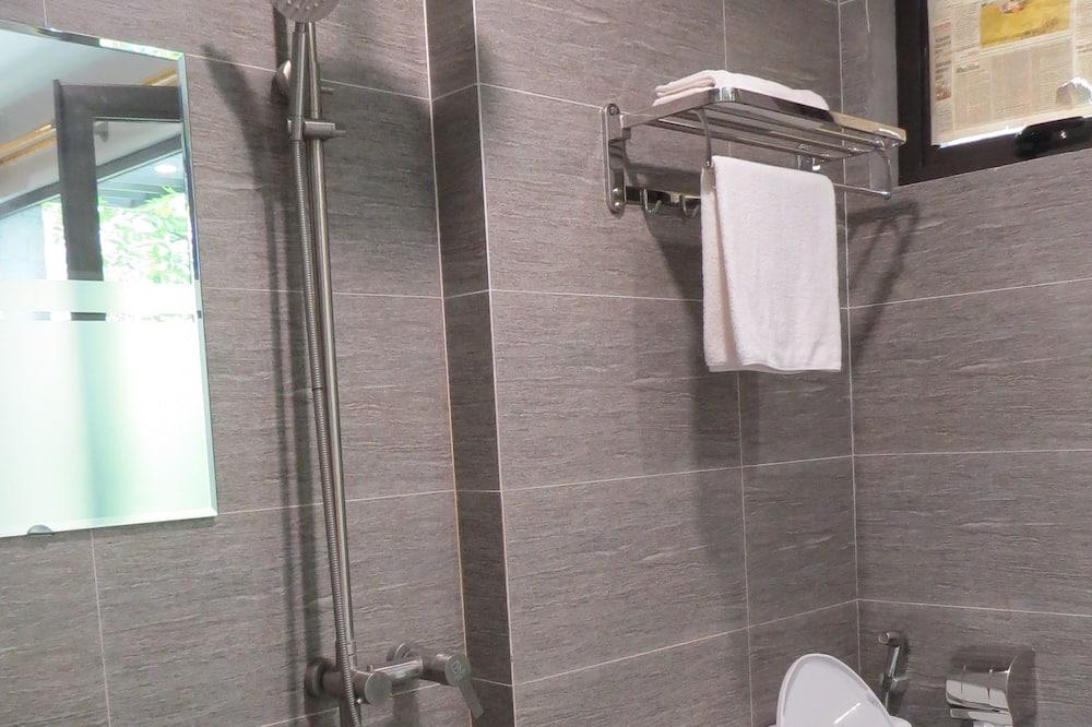 Lake & Pool View Room - Bathroom