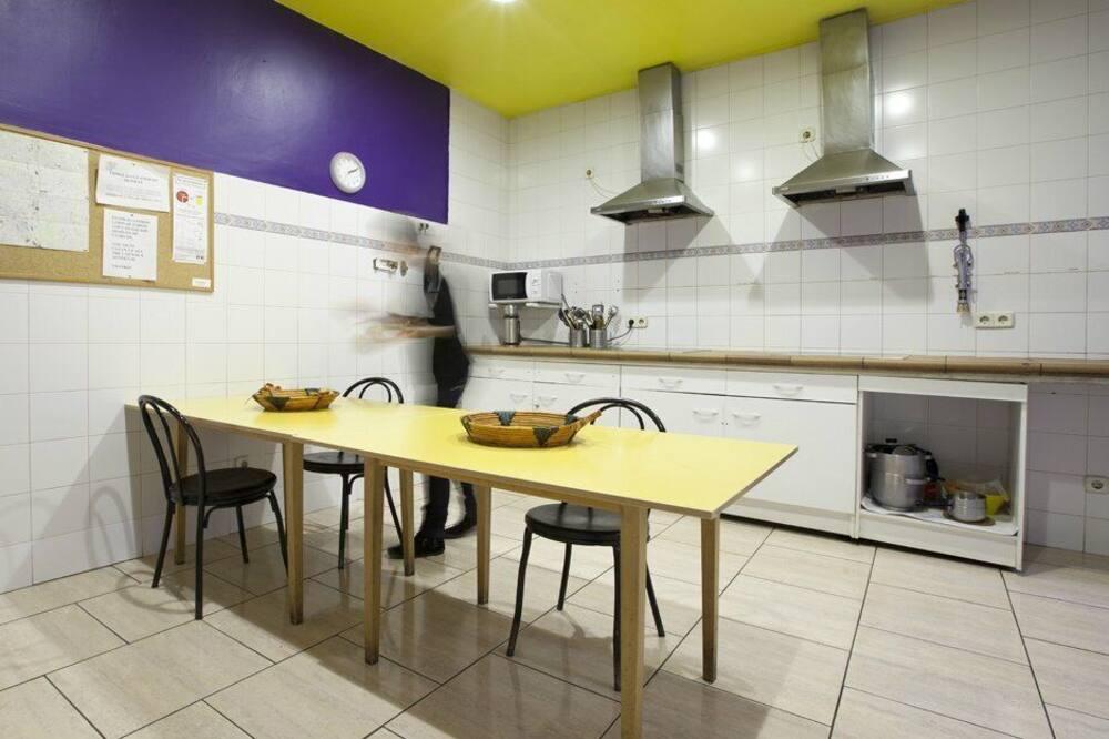 Dormitorio condiviso, dormitorio misto, bagno condiviso (1 bed in a 8-Bed Dormitory Room) - Cucina in comune