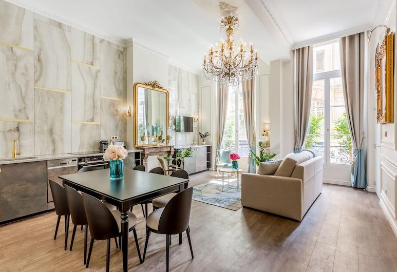 Luxury 3 Bedroom 2 Bathroom Palace Apartment - AC - Louvre, Párizs, apartman, Nappali rész