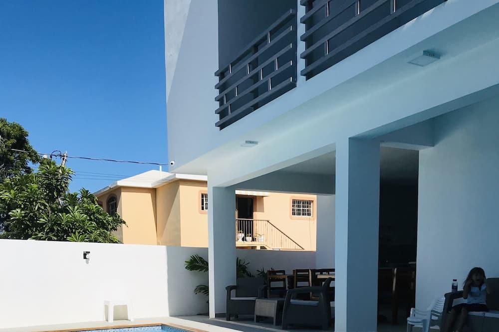 Habitación cuádruple Deluxe, 1 cama King size con sofá cama, vista a la piscina - Vista de la habitación