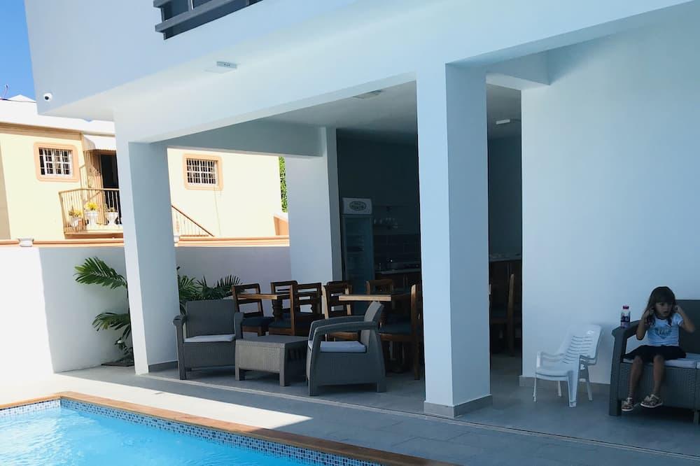 Habitación cuádruple Deluxe, 1 cama King size con sofá cama, vista al patio - Piscina