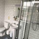 غرفة بسريرين منفصلين بتجهيزات أساسية - بحمام داخل الغرفة - حمّام