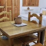 Двухместный номер «Делюкс» с 1 двуспальной кроватью, Несколько кроватей, мини-кухня, первый этаж - Гостиная