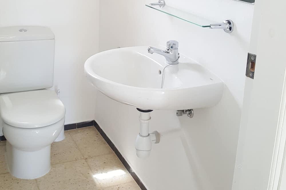 ห้องอีโคโนมี - ห้องน้ำ
