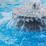 น้ำตกในสระว่ายน้ำ