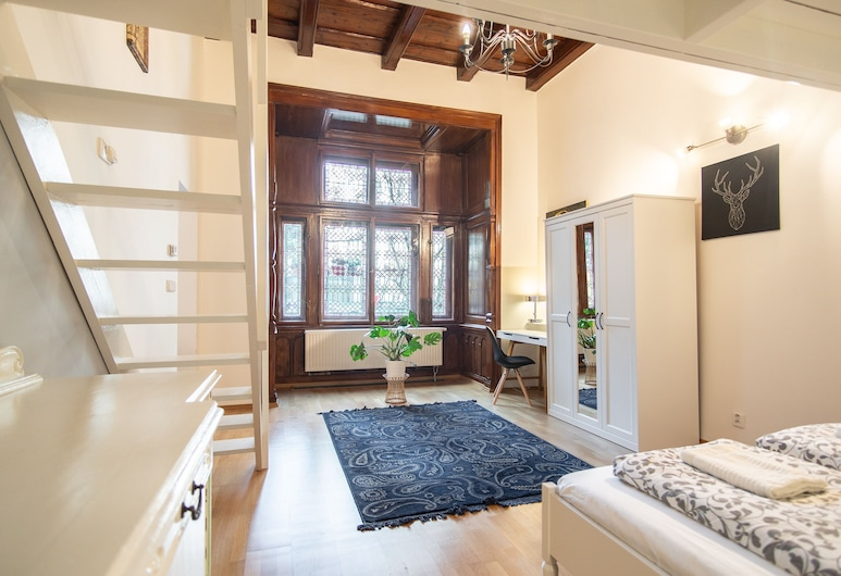 Lovely Apartment on Mala Strana just 10 mins walk to scenic places, Prag, Romantisches Apartment, Zimmer