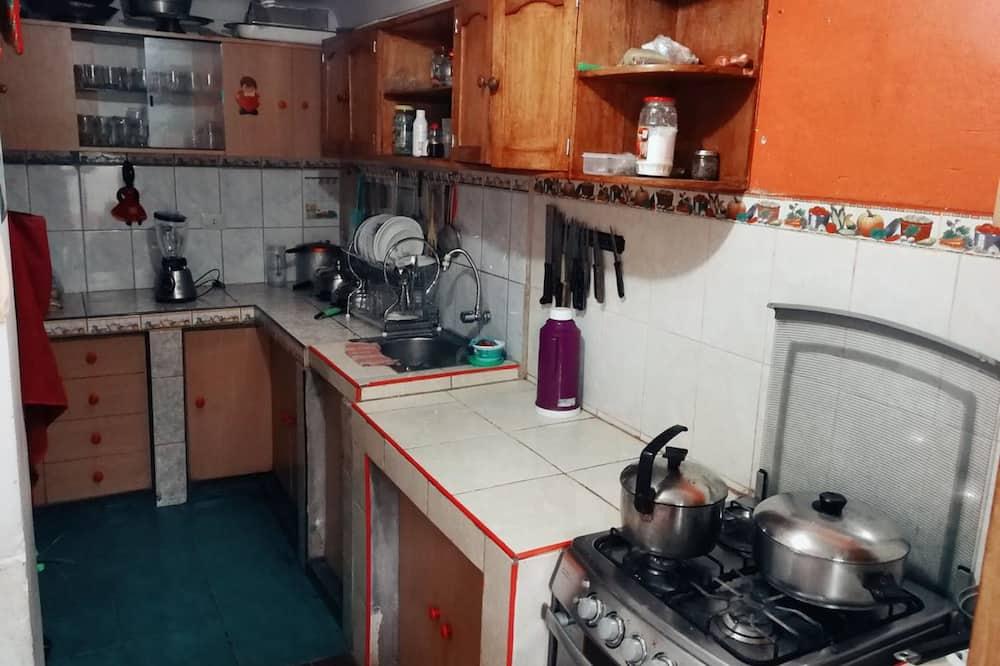 Driepersoonskamer, gemeenschappelijke badkamer - Gemeenschappelijke keuken