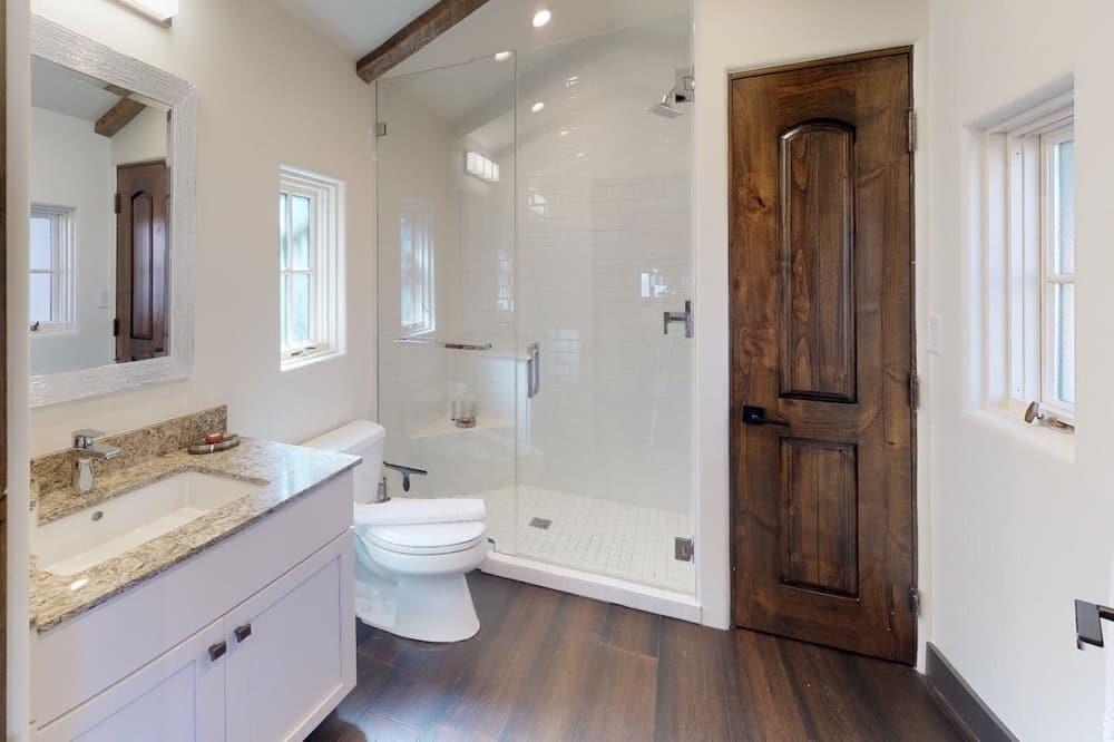 Studio (Delgado E) - Bathroom