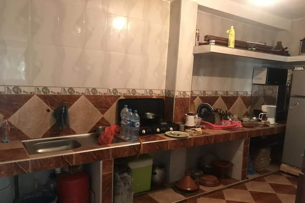 Shared Dormitory (4 Single Beds & 1 Double Bed)) - Shared kitchen