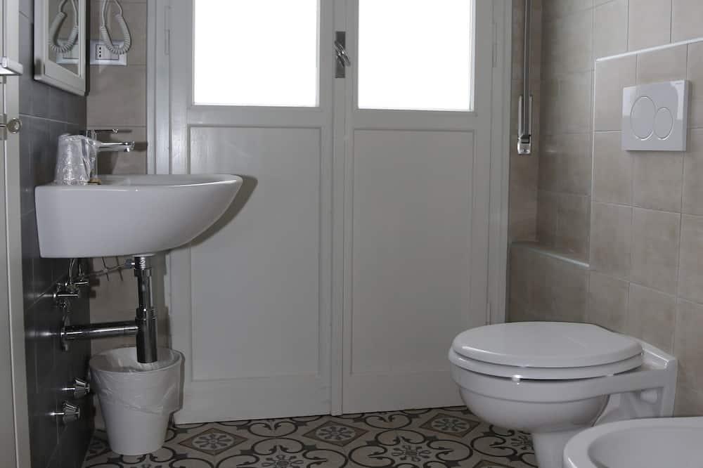 Kamar Quadruple Standar - Kamar mandi