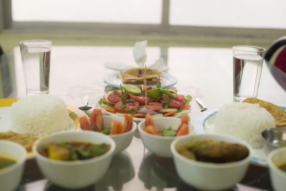 غرفة مزدوجة بتجهيزات أساسية - تناول الطعام