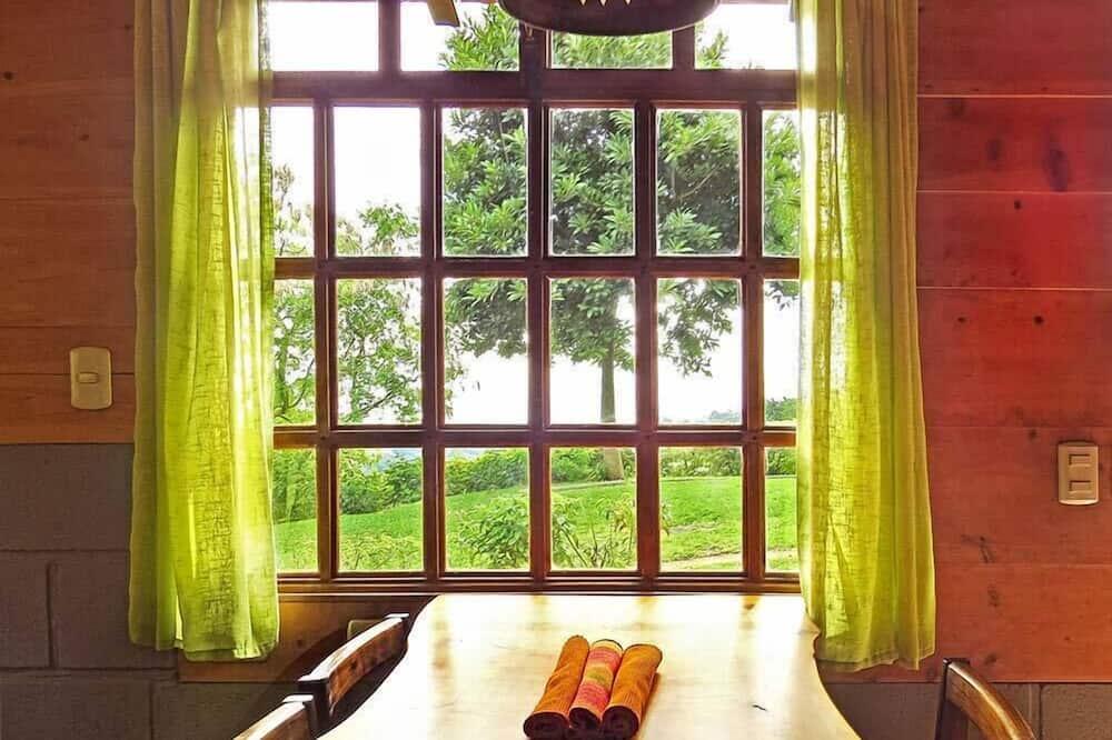 Standardní bungalov, dvojlůžko (180 cm) a rozkládací pohovka, krb - Stravování na pokoji