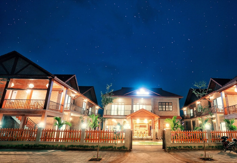 The Little Village, Hoa Lu, Hotelfassade am Abend/bei Nacht