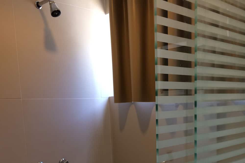 Standard Üç Kişilik Oda - Banyo Duşu