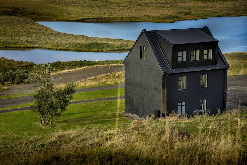Luxury Farm house w/amazing views, natural geothermal hot spring and nature