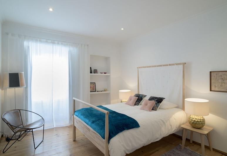 Spacious Bairro Alto Apartment + Courtyard + Free Pickup, By TimeCooler, Lissabon