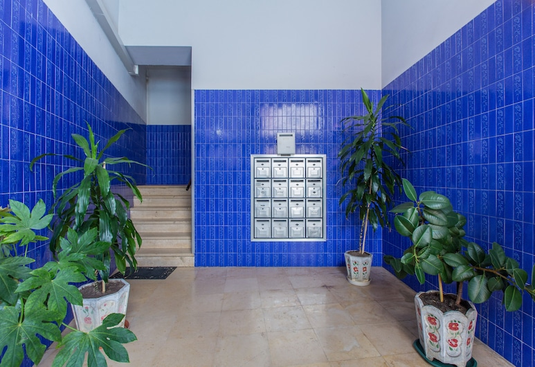 Light Filled Apartment + Free Pick-Up, By TimeCooler, Lissabon, Indgang