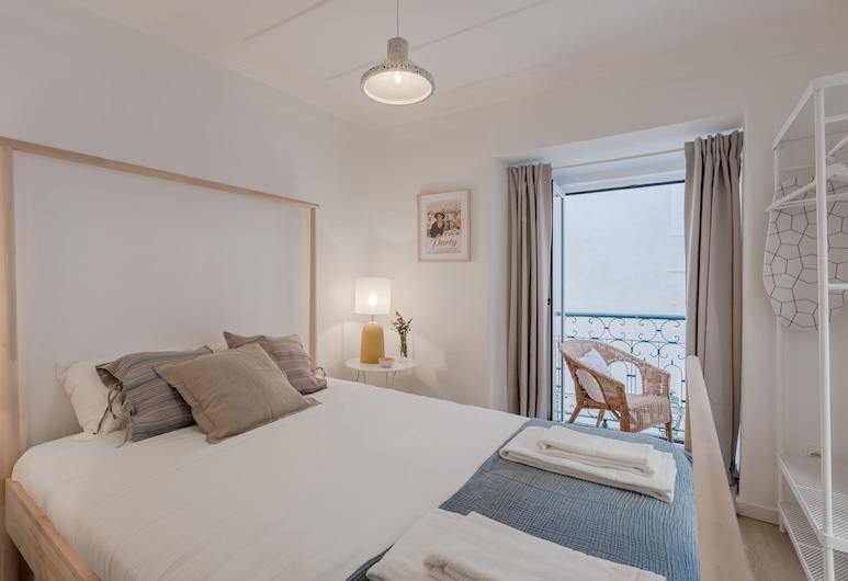 Sunny Bairro Alto / Chiado Apartment + Free Pick-up, By TimeCooler, Lissabon, Huoneisto, 2 makuuhuonetta, Huone