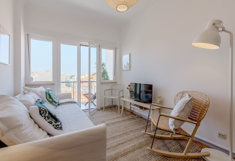 Renovated Sunny Apartment with Balcony and Free Pick-up, By TimeCooler, Lisboa