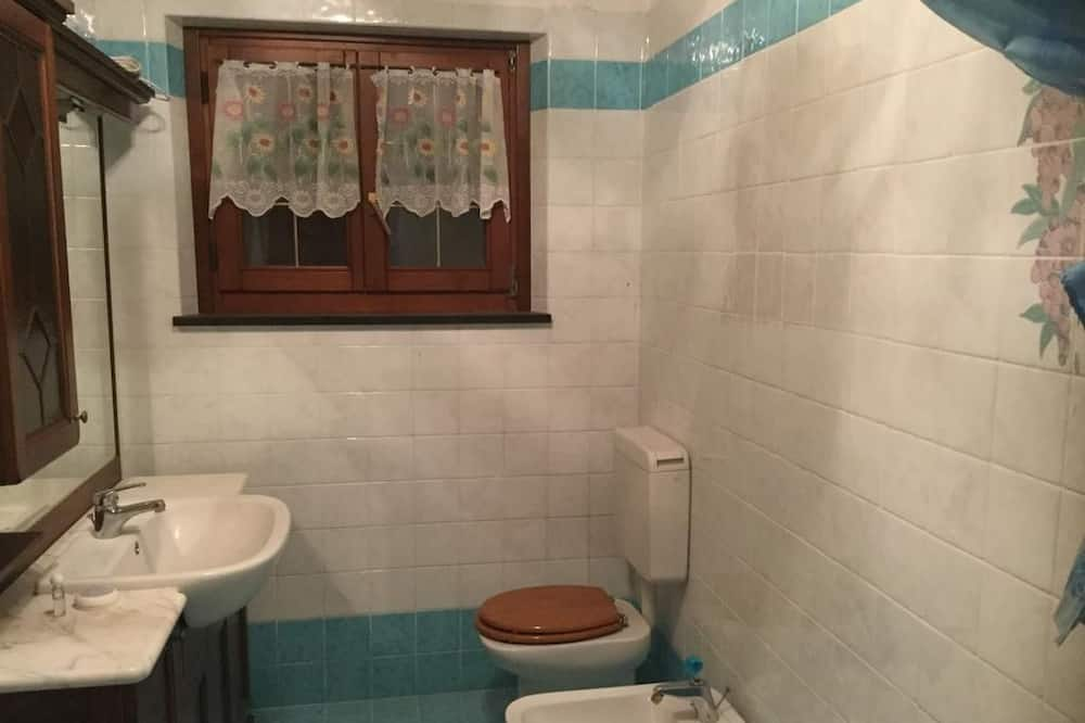 Dvojlôžková izba, 2 jednolôžka, spoločná kúpeľňa - Kúpeľňa