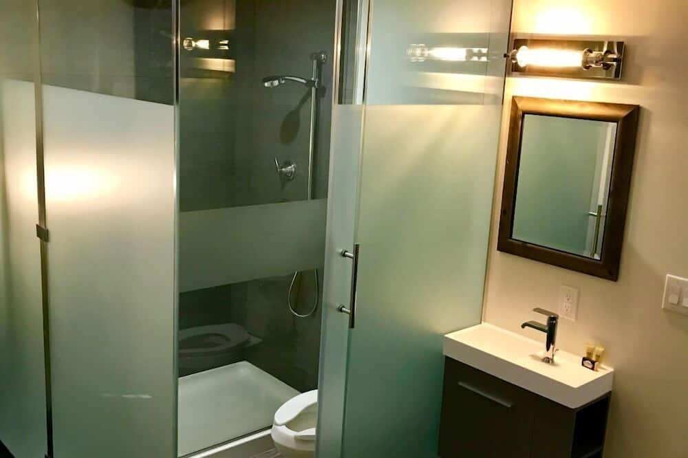 Room 12: Standard King - Bathroom