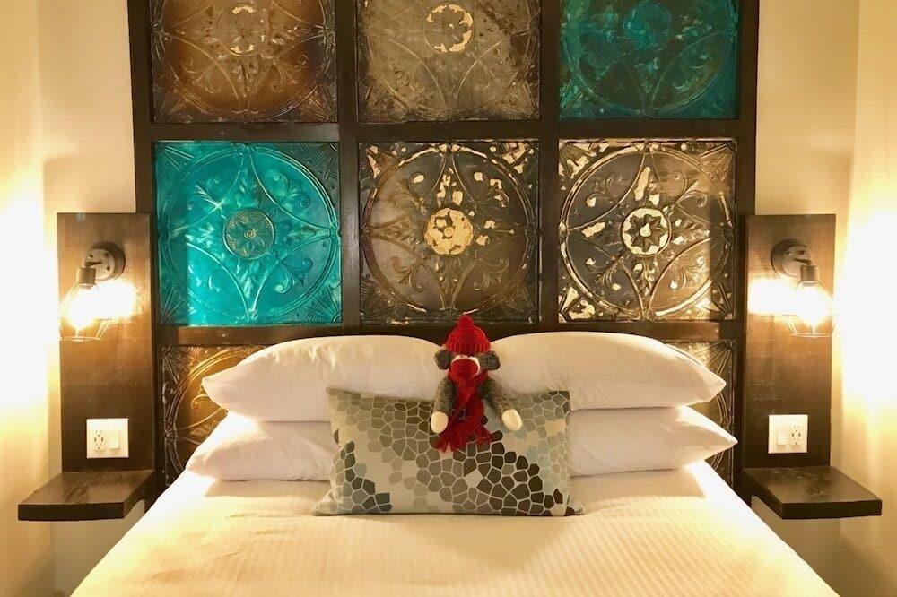 Room 10: Double Queen - Guest Room