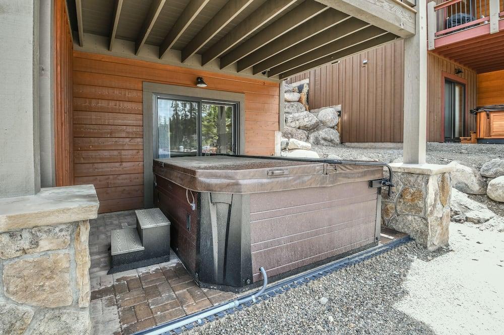 Розкішний будиночок, багатомісний номер, ванна з гідромасажем (Alders 714 Independence Rd) - Спа-ванна під відкритим небом