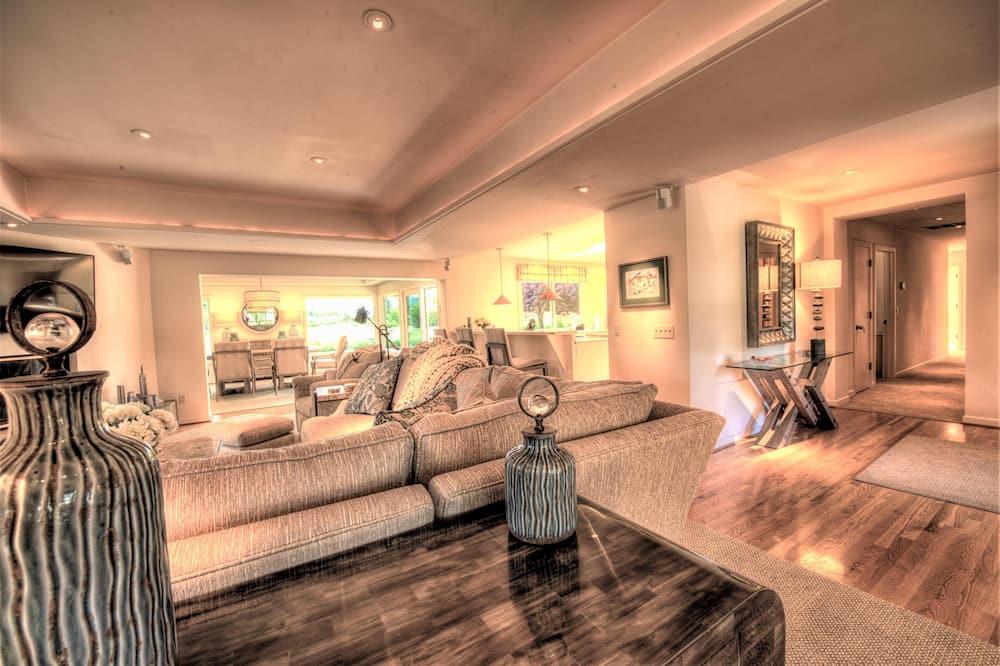 House, Multiple Beds (MV 07 GOLFER'S View retreat 31 days r) - Living Room