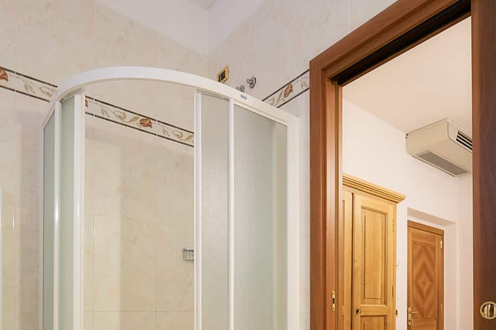 Classic trokrevetna soba - Tuš u kupaonici
