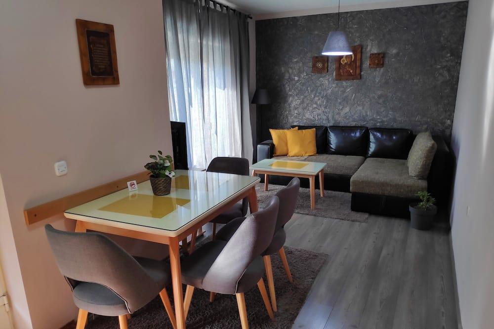 Apartment, Stadtblick - Essbereich im Zimmer