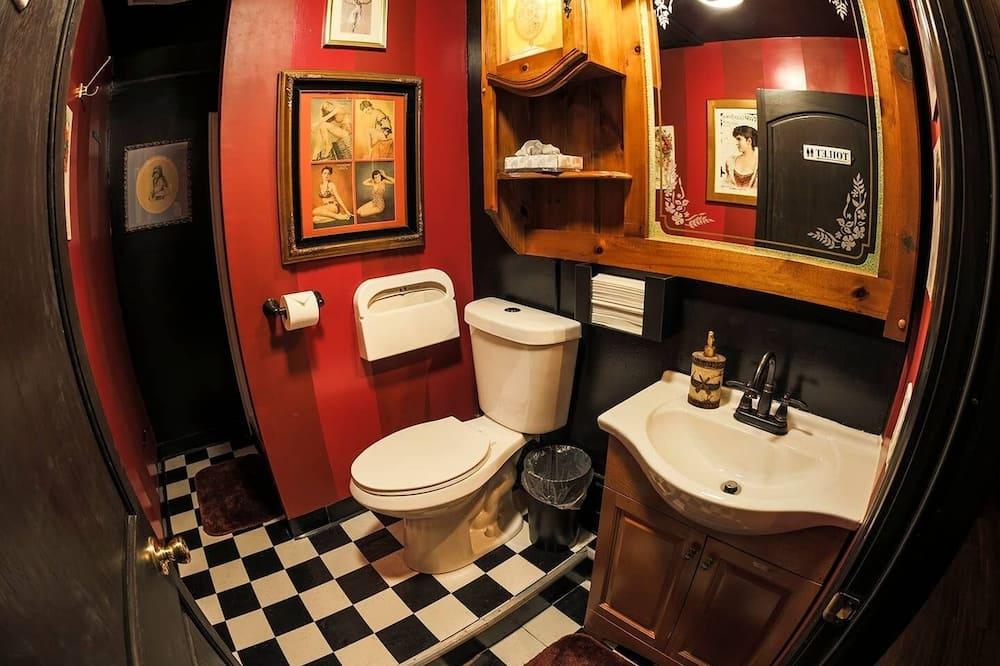 1 Twin Bed, Shared Bathroom - Bathroom