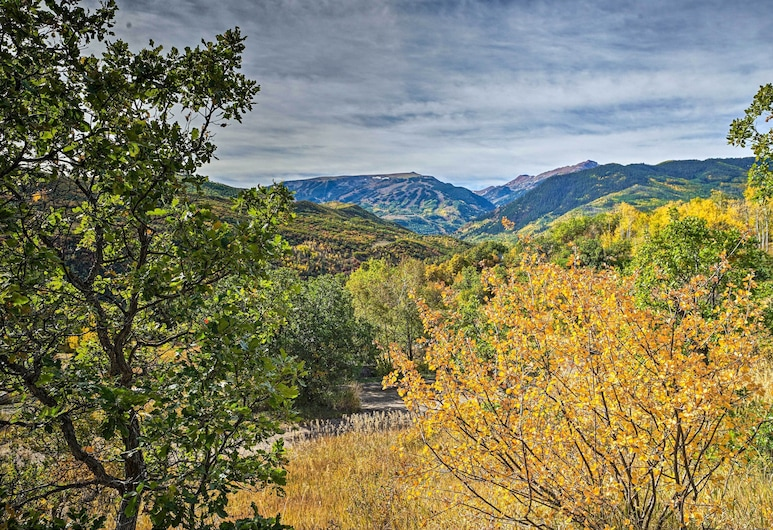 Snowmass Couple's Getaway w/ Mtn Views & Deck, سنوماس فيليدج