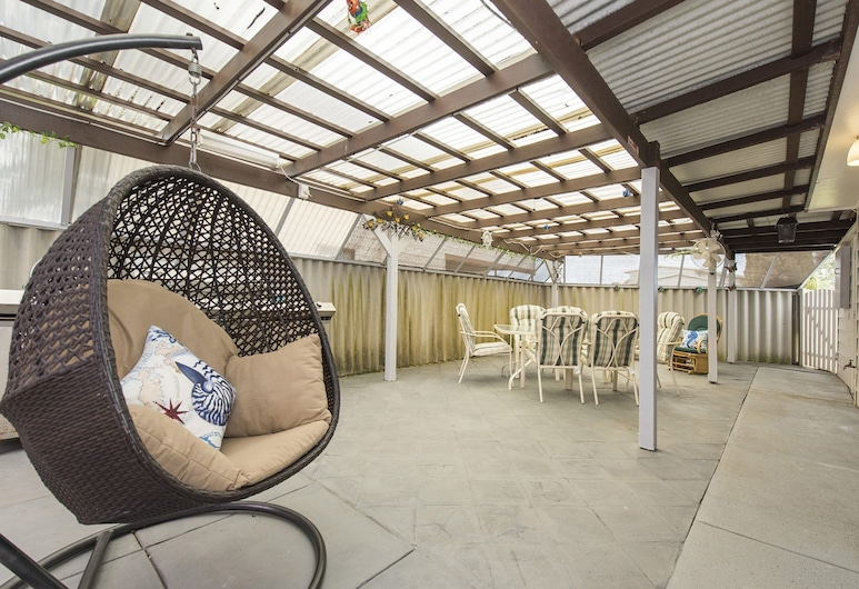 Moore River Retreat - Ideal Family Holiday Home, Guilderton, Balcony