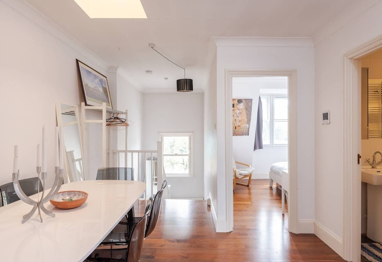 Comfy & Bright 2BR Home in West Kensington, Fits 4, London, Room