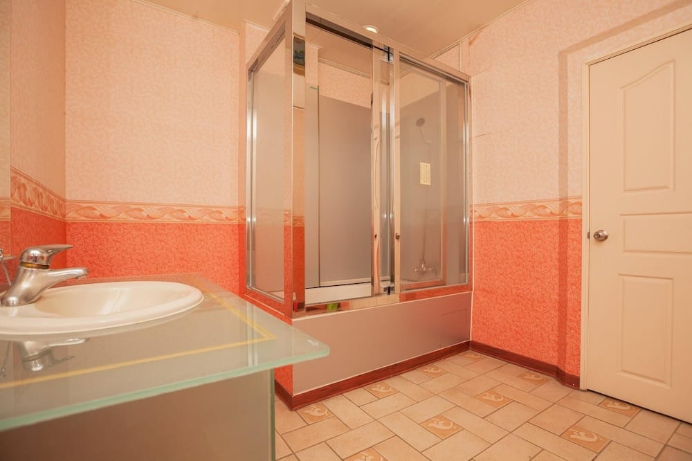 Gallery Double Room, Non Smoking, Mountain View - Bathroom