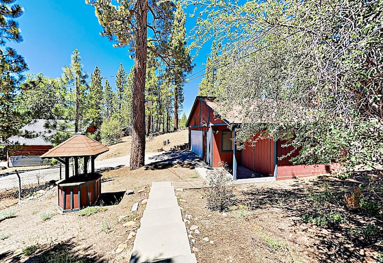 New Listing! Fireside Fun W/ Deck, Game Room & Bar 2 Bedroom Home, Big Bear Lake, House, 2 Bedrooms, Property Grounds