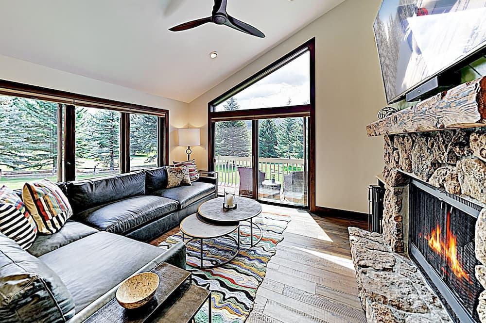 New Listing! Modern Mountain Ski W/ Balcony 3 Bedroom Condo