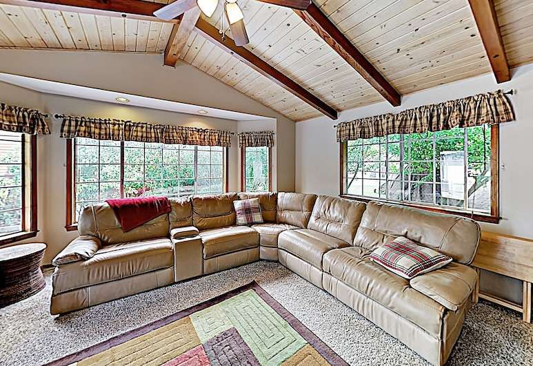 Custom W/ Hot Tub & Garage 4 Bedroom Home, Big Bear Lake, House, 4 Bedrooms, Living Room