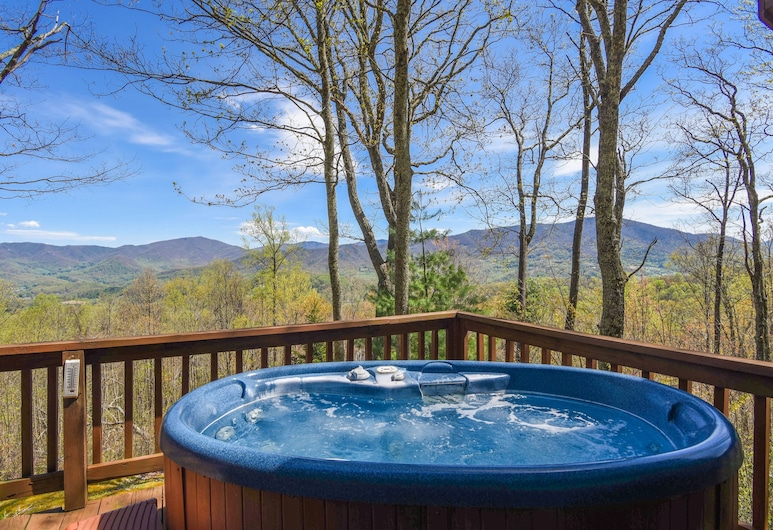 Mountain Hideaway At 4,000 - Hot Tub & Deck! 3 Bedroom Home, Waynesville, Außen-Whirlpool