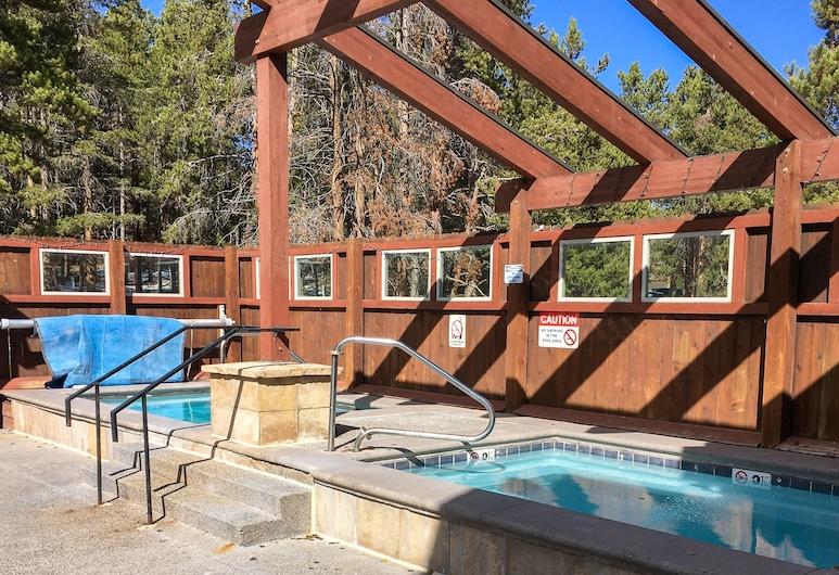 Downtown Marvel W/ Pool & Hot Tubs - Walk To Lifts! 2 Bedroom Condo, Breckenridge, Soukromý byt, 2 ložnice, Bazén